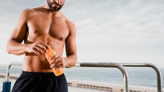 Sportowy mężczyzna pije, aby nawodnić się po treningu Darmowe Zdjęcia