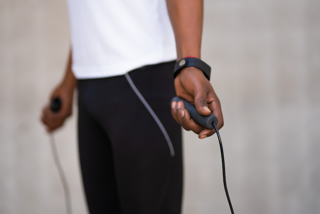 Sportowy Mężczyzna Robi ćwiczenia I Skakanie Na Skakance Na świeżym Powietrzu Darmowe Zdjęcia