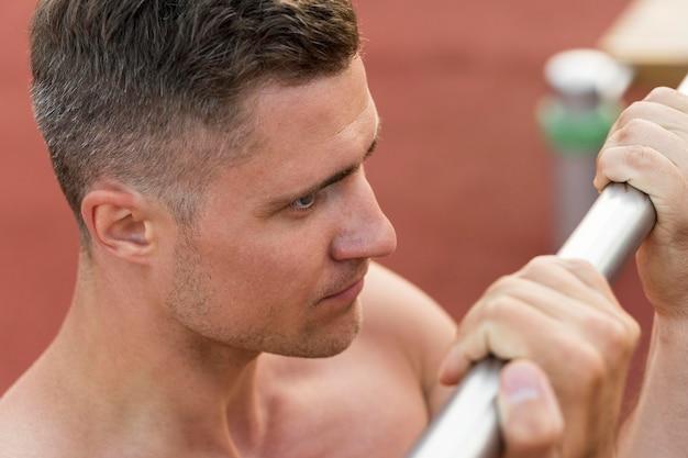 Sportowy Mężczyzna Trenuje Półnagi Zakończenie Darmowe Zdjęcia