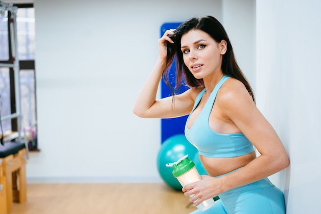 Sportsmenka Odpoczywa Wodę Pitną Na Schodkach W Gym I Darmowe Zdjęcia