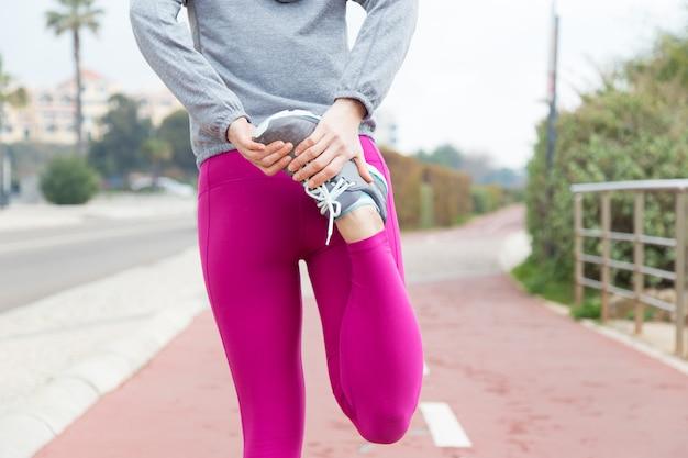 Sportsmenka rozciągająca mięśnie czworogłowe Darmowe Zdjęcia