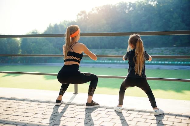 Sporty Para Robi Skoku ćwiczeniu Podczas Sprawność Fizyczna Treningu Przy Plenerowym Stadium Premium Zdjęcia