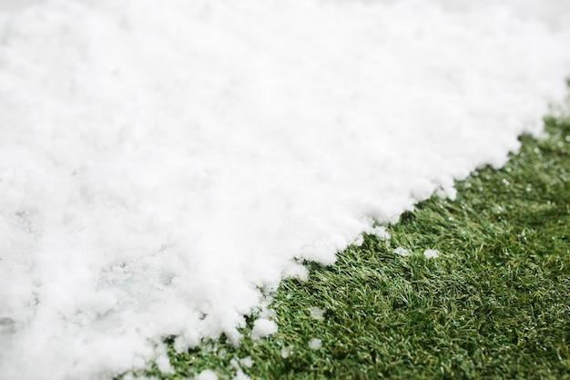Spotkanie Biały śnieg I Zielona Trawa Z Bliska. Między Zimowym A Wiosennym Tłem Koncepcji. Darmowe Zdjęcia