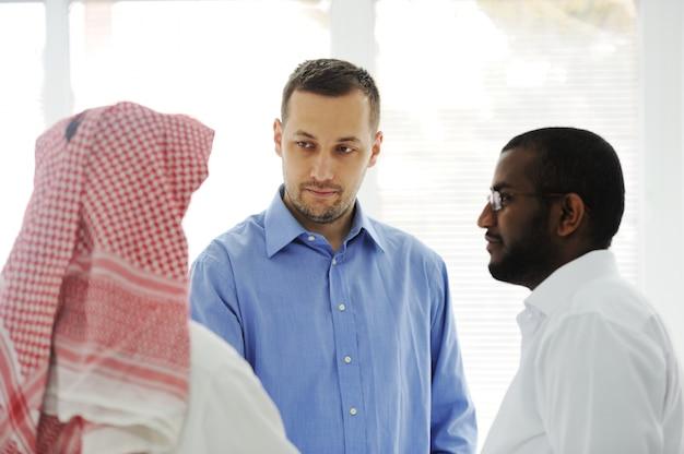 Spotkanie Biznesowe Gdzieś Na Bliskim Wschodzie Premium Zdjęcia