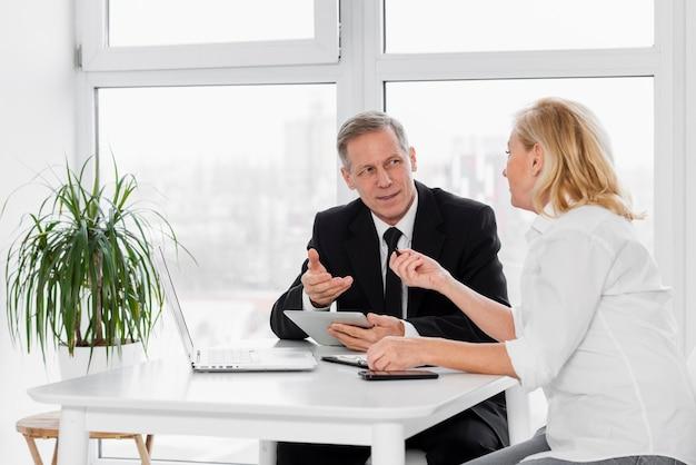 Spotkanie Biznesowe Pod Wysokim Kątem W Biurze Darmowe Zdjęcia