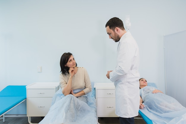 Spotkanie Lekarza Z Kobietą W Sali Szpitalnej Premium Zdjęcia