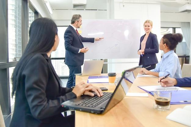 Spotkanie Lidera Szefa Z Pracą Zespołową W Biznesie I Szkolenie Do Sukcesu Marketingowego W Biznesplanie Premium Zdjęcia