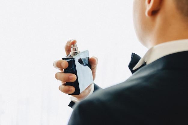 Spotkanie pana młodego, szczegóły, kurtka, buty, zegarki i guziki w dniu ślubu Premium Zdjęcia