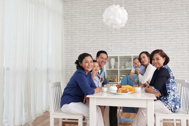 Spotkanie Rodzinne Przy Stole Obiadowym Darmowe Zdjęcia