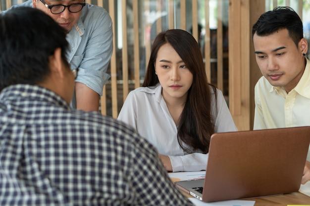 Spotkanie z przełożonym uczą sługusów, aby mieć więcej pracy. Premium Zdjęcia