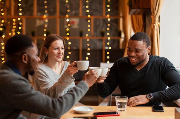 Spotkanie Z Przyjaciółmi W Restauracji Darmowe Zdjęcia