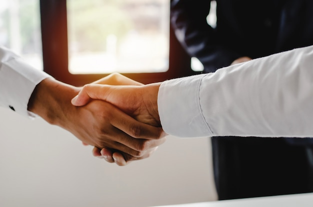 Sprawa. grupa ludzi biznesu uścisk dłoni po zakończeniu spotkania biznesowego Premium Zdjęcia