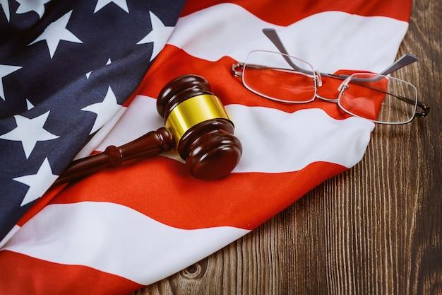 Sprawiedliwość Biurowy Prawnik Przy Stołowym Pracującym Drewnianym Sędziego Młotem, Szkłami Na Flaga Amerykańskiej I Premium Zdjęcia