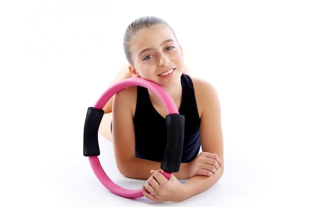 Sprawność fizyczna pilates joga pierścionku dzieciaka dziewczyny ćwiczenia trening Premium Zdjęcia