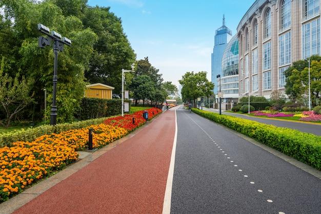 Sprawność Fizyczna ślad W Parku Przy Bund Placem W Szanghaj, Chiny Premium Zdjęcia