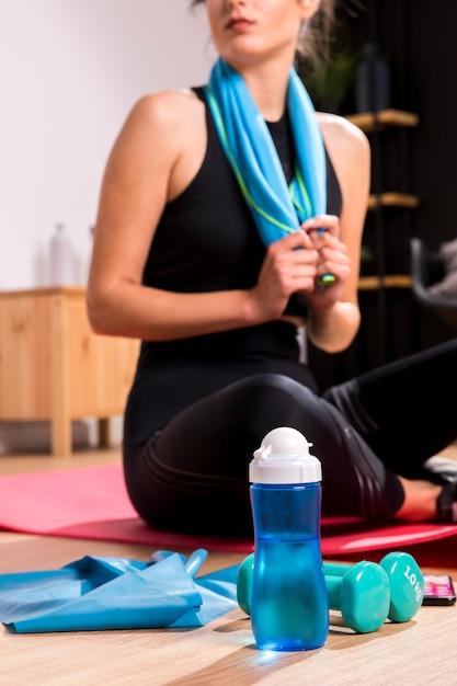 Sprawności Fizycznej Kobieta Robi ćwiczeniu W Domu Darmowe Zdjęcia