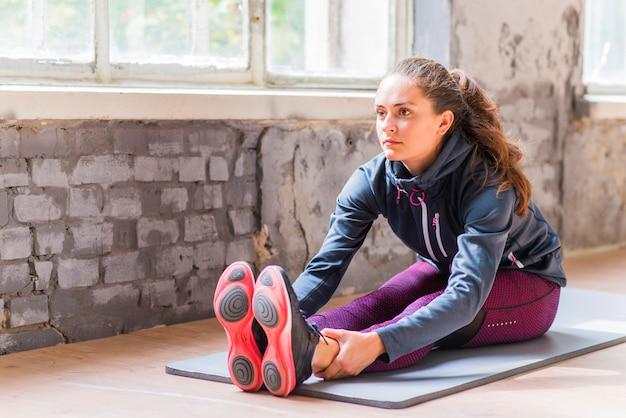 Sprawności fizycznej młoda kobieta w sportswear robi ćwiczeniu Darmowe Zdjęcia