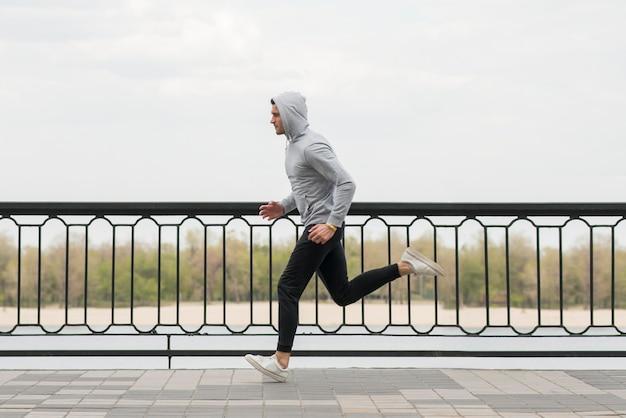Sprawny Dorosły Mężczyzna Biegający Na świeżym Powietrzu Premium Zdjęcia