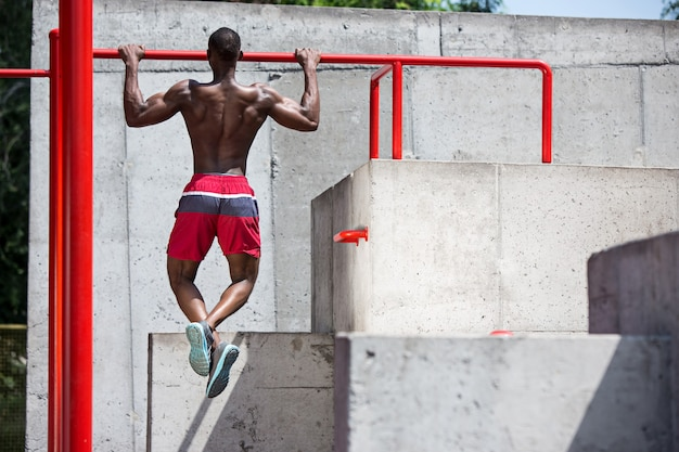 Sprawny Sportowiec Wykonujący ćwiczenia Na Stadionie. Darmowe Zdjęcia
