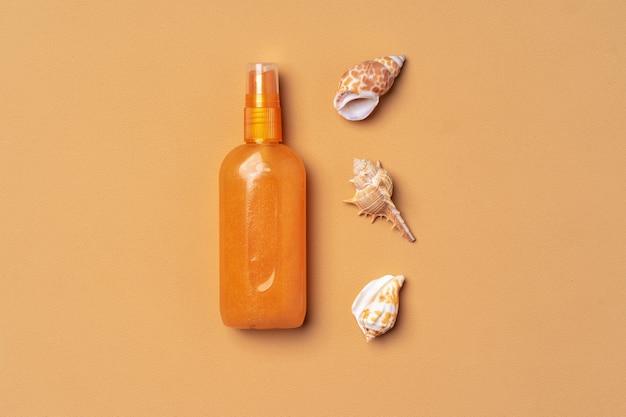 Spray Do Opalania Z Muszelkami Na Beżowym, Płaskim Ułożeniu Premium Zdjęcia
