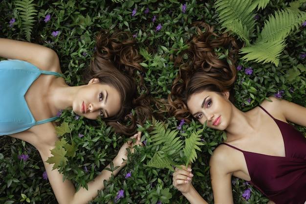 Spring Beauty Portrait Zdjęcie Dwóch Kobiet W Naturze Premium Zdjęcia
