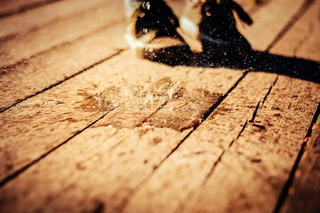 Spryskaj kropelki wody na drewnianej powierzchni Premium Zdjęcia