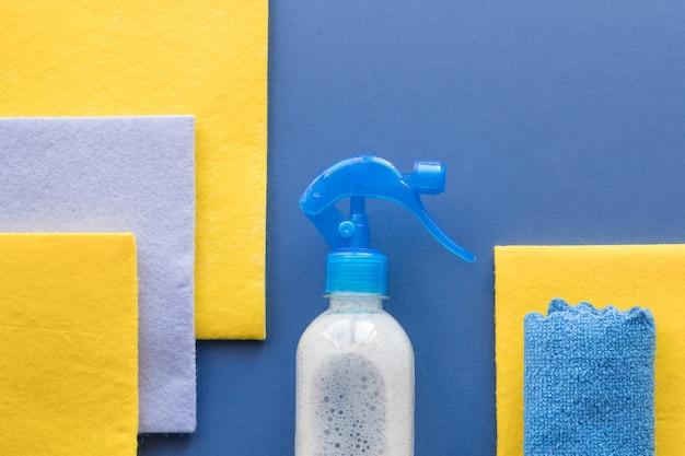 Sprzątanie Domu I Sprzątanie, Niebieskie Tło. Detergenty Do Czyszczenia Lub Dezynfekcji Pomieszczenia. Butelki, Szmata, Dezynfekcja Domu. środek Czyszczący W Sprayu, Gąbka Do Czyszczenia Z Miejsca Kopiowania, Widok Z Góry. Premium Zdjęcia