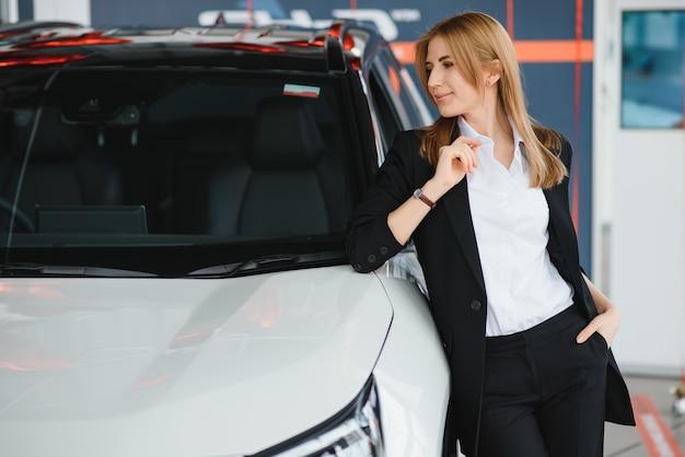 Sprzedawca Sprzedający Samochody W Salonie Samochodowym Premium Zdjęcia