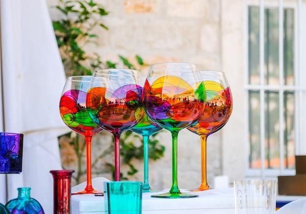 Sprzedawcy sprzedają na rynku miejskim różne wyroby ze szkła, malowane w różnych kolorach! Premium Zdjęcia