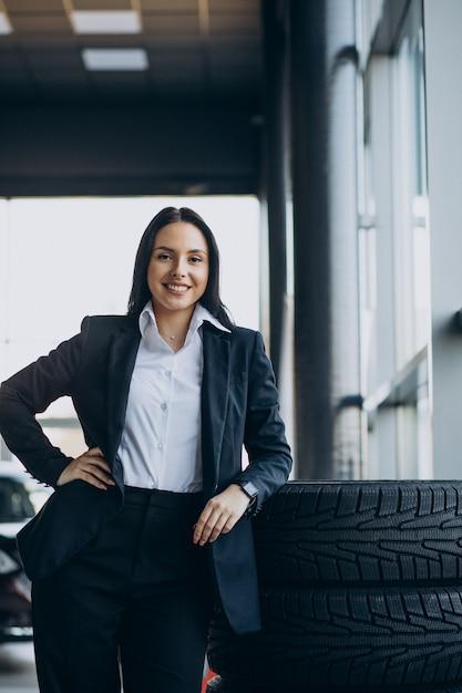 Sprzedawczyni W Salonie Samochodowym Sprzedająca Samochody Darmowe Zdjęcia