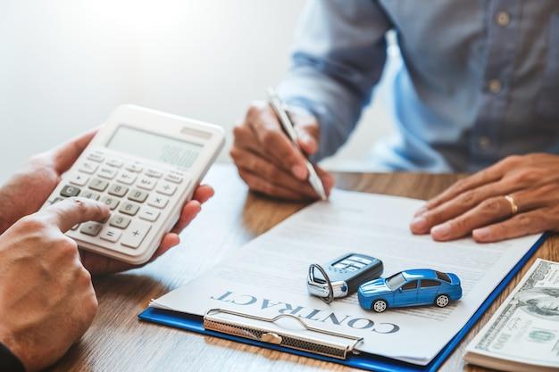 Sprzedaż agenta do umowy udanej umowy kredytu samochodowego z klientem i podpisania umowy ubezpieczenia samochodu Premium Zdjęcia