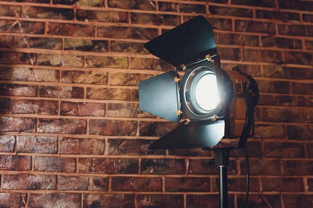 Sprzęt Oświetleniowy Jedna Lampa świeci, Na Cegle. Premium Zdjęcia