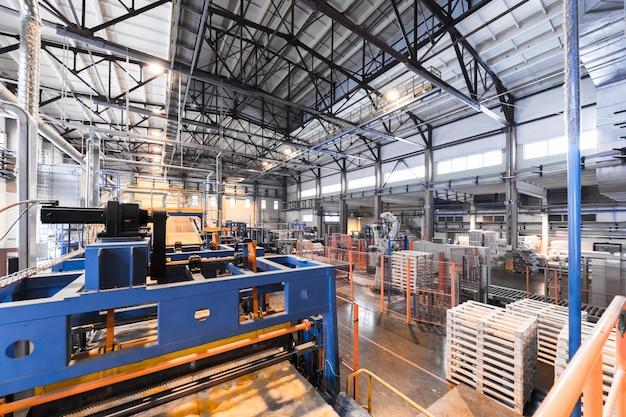 Sprzęt przemysłu produkcji włókna szklanego w tle produkcji, obiektyw szerokokątny Premium Zdjęcia