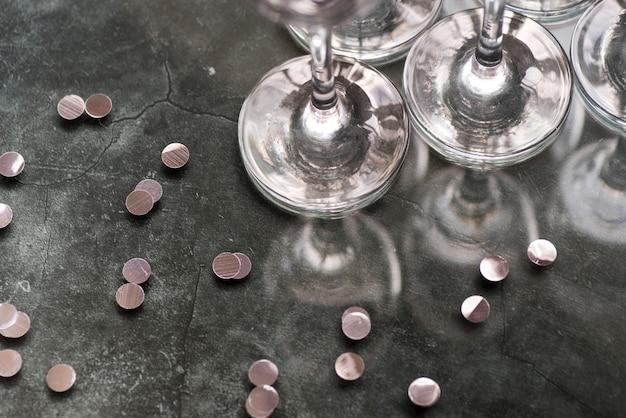 Srebni Confetti I Wineglasses Na Betonowym Tle Darmowe Zdjęcia