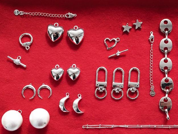 Srebrna Biżuteria Na Czerwonym Tle Premium Zdjęcia