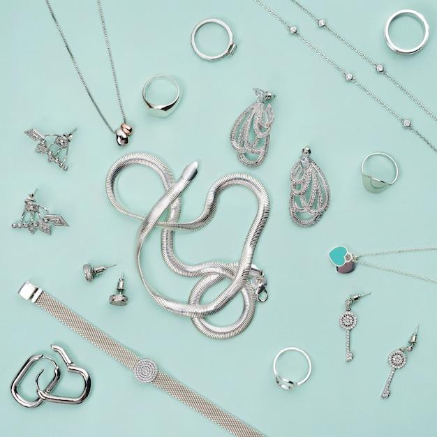 Srebrna Biżuteria Na Minimalistycznym Miętowym Niebieskim Tle Premium Zdjęcia
