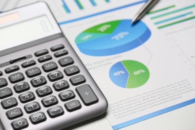 Srebrny Kalkulator I Statystyki Finansowe W Schowku Premium Zdjęcia