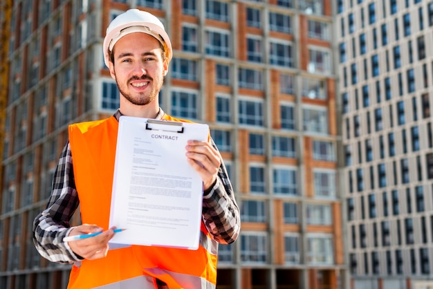 Średni strzał portret umowy o pracę inżyniera budowy Darmowe Zdjęcia
