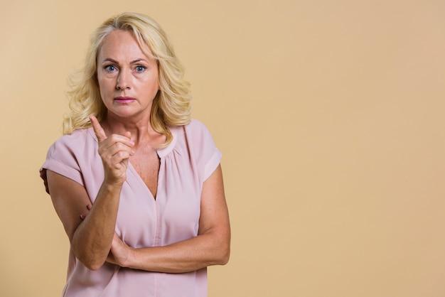 Średni strzał starsza kobieta ma argument Darmowe Zdjęcia