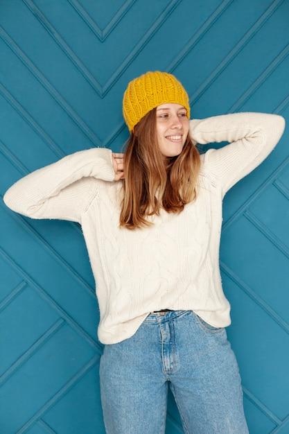 Średni strzał szczęśliwa dziewczyna z żółtym kapeluszowym pozować Darmowe Zdjęcia