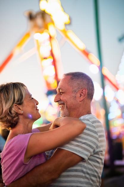 Średni strzał szczęśliwa para, patrząc na siebie Darmowe Zdjęcia
