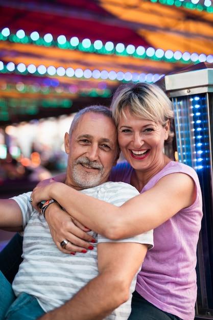 Średni strzał szczęśliwa para pozuje wpólnie Darmowe Zdjęcia