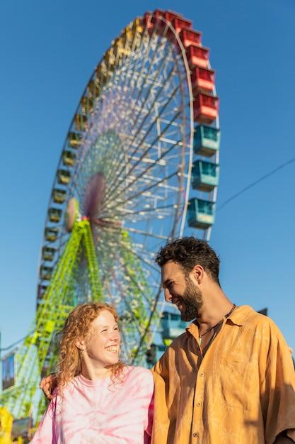 Średni Strzał Szczęśliwa Para Z Karnawałowym Kołem Darmowe Zdjęcia