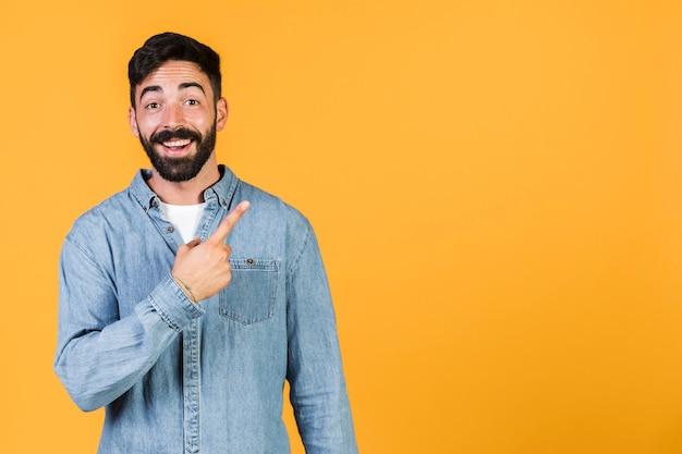 Średni strzał szczęśliwy facet skierowany w górę Darmowe Zdjęcia