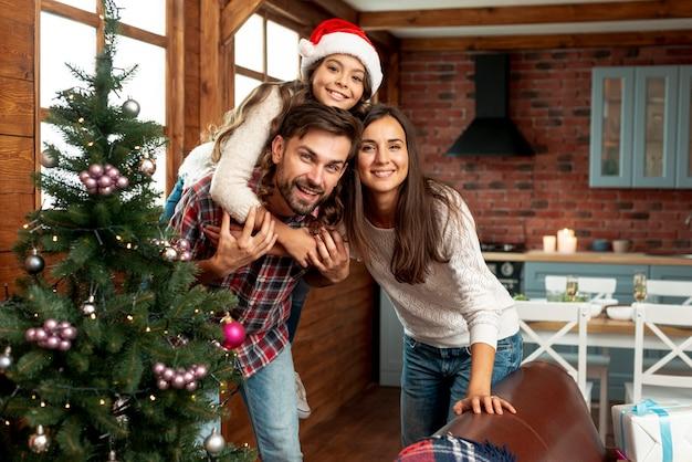 Średni Strzał Szczęśliwych Rodziców I Dzieci Pozujących W Pomieszczeniu Darmowe Zdjęcia