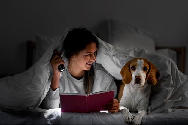 Średni Strzał Z Psem W łóżku Premium Zdjęcia