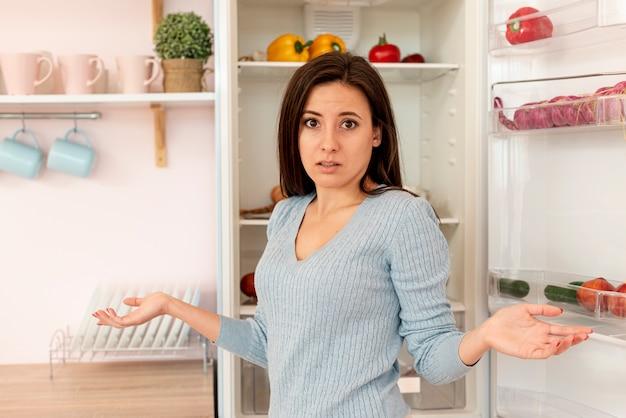 Średni Strzał Zmieszana Kobieta W Kuchni Darmowe Zdjęcia