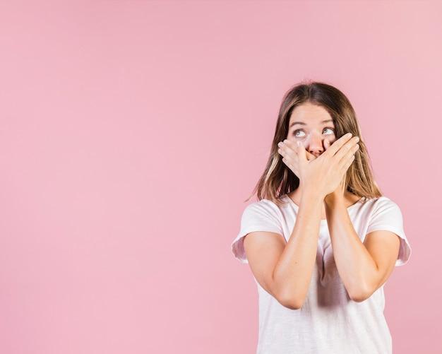 Średnia strzał dziewczyna zakrywa jej usta Darmowe Zdjęcia