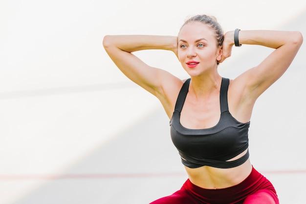 Średnie ujęcie kobiety ćwiczeń Darmowe Zdjęcia