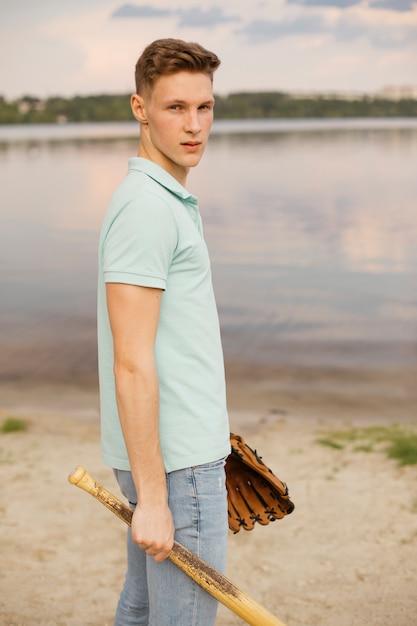 Średnio strzał buźka facet ze sprzętem baseballowym Darmowe Zdjęcia